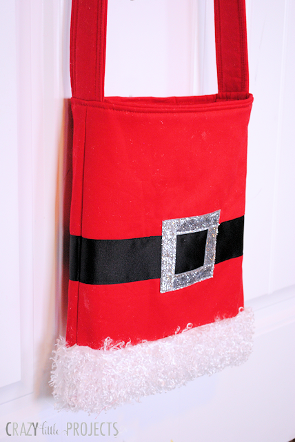 Cute Bag to Make for Christmas this Year-a Santa belt tote. Cute to carry, easy and fun to make! #christmas #sewing #patterns