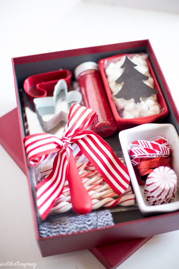 Easy-Christmas-Gifts-and-Wrapping-4 - 25 Fun & Simple Gifts For Neighbors This Christmas