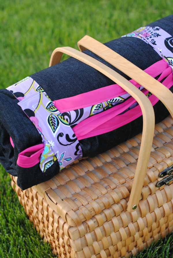 Picnic Blanket Tutorial-Blanket includes built in straps so it rolls easily
