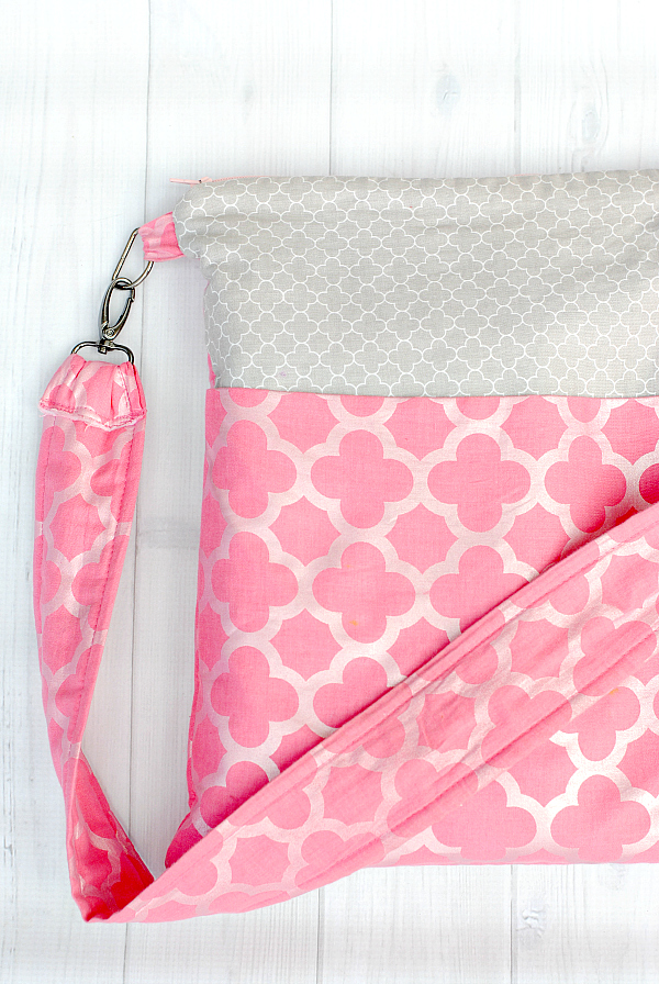 Cute Zipper Bag Pattern-This easy to make zipper tote bag is a fun bag to carry with you anywhere. Great for adults or kids! #sewing #pattern #sew