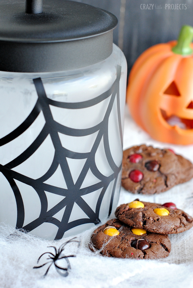 DIY Halloween Cookie Jar-This cute cookie jar is a fun Halloween craft plus a great way to store all of your Halloween treats! #Halloween #Halloweencrafts #crafts