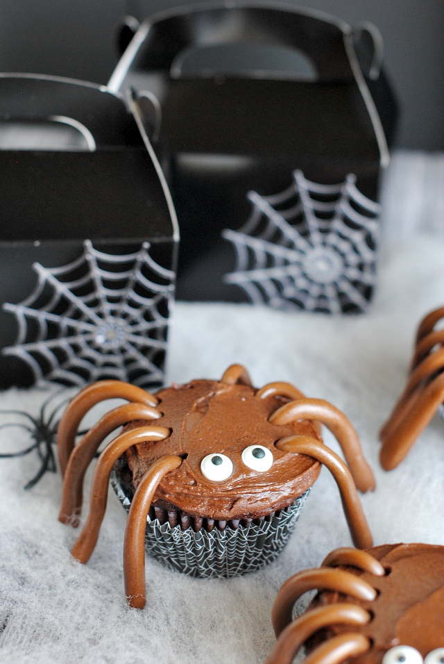 Spider Cupcakes and Spiderweb Treat Bags - Crazy Little Projects