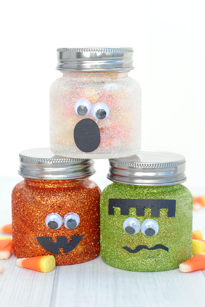 Cute Halloween Mason Jars-Fill these cute little Halloween jars with candy and they make a great gift. Or they can be cute Halloween decorations or just a fun Halloween craft. #Halloween #craft #kids